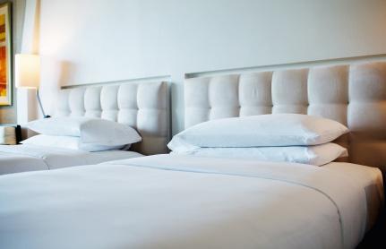 Biała pościel hotelowa